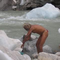 Sadhu se koupe v pramenu gangy Gomukh v ledovcové vodě