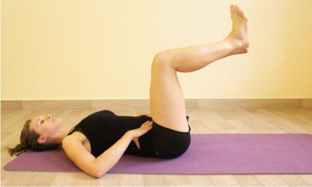 Pozice rukou v oblasti břicha