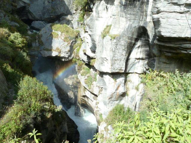 Řeka Saraswati vyvěrající ze skal